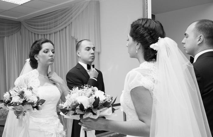 жених и невеста перед зеркалом