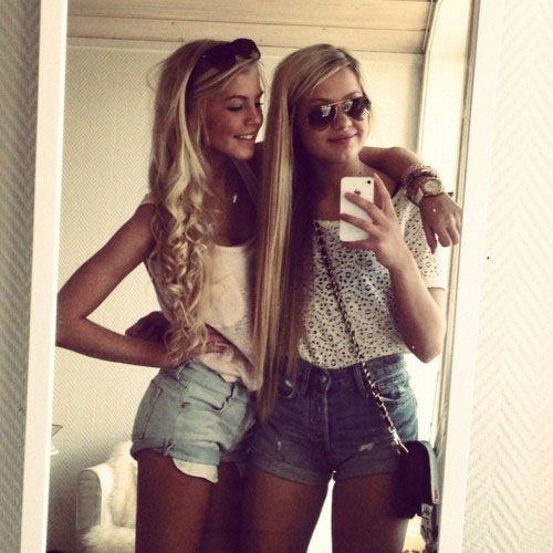 девочки делают селфи перед зеркалом