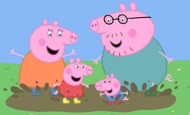 Семья свинок прыгает по грязи