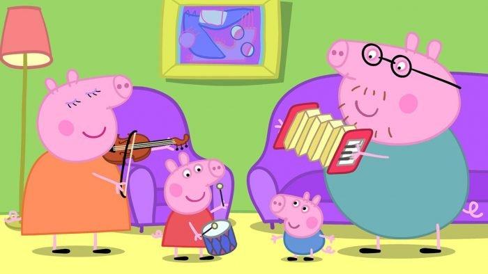 Вся семья свинок играет на музыкальных инструментах