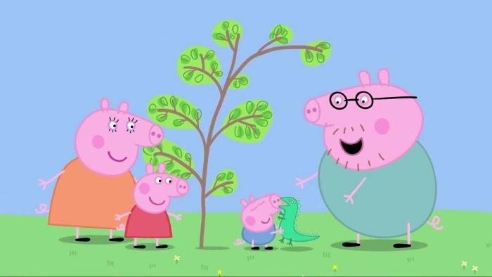 Семейство свинок и гусеница