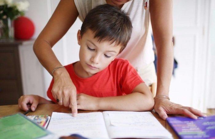 Мама делает уроки вместе с сыном