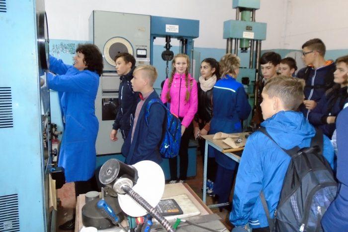 Школьники на дне открытых дверей на заводе по производству крепёжных металлических изделий (Нижний Новгород)