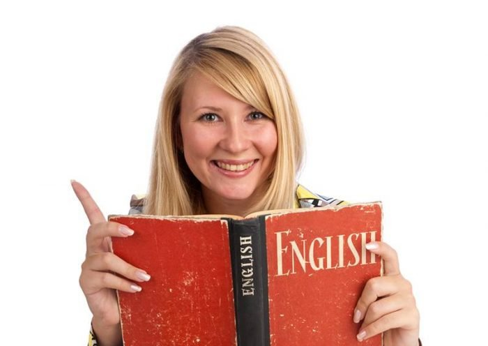 Женщина с учебником по англискому языку