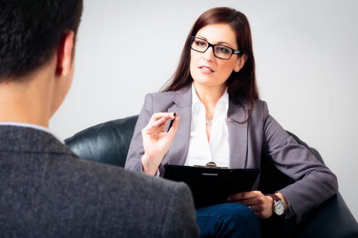 Женщина-психолог беседует со своим пациентом