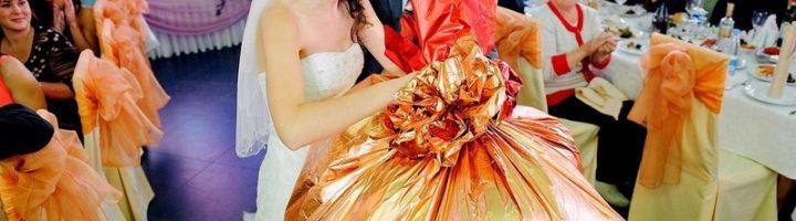 Иногда гостям хочется удивить молодожёнов, приготовив им прикольный подарок для свадебного торжества.