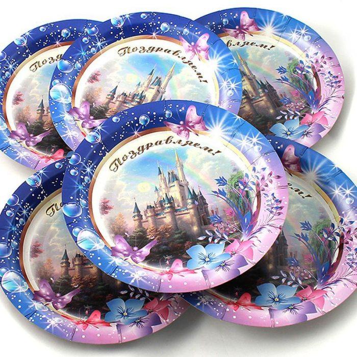 Набор одноразовых тарелок с изображением замка и цветов и надписью Поздравляем