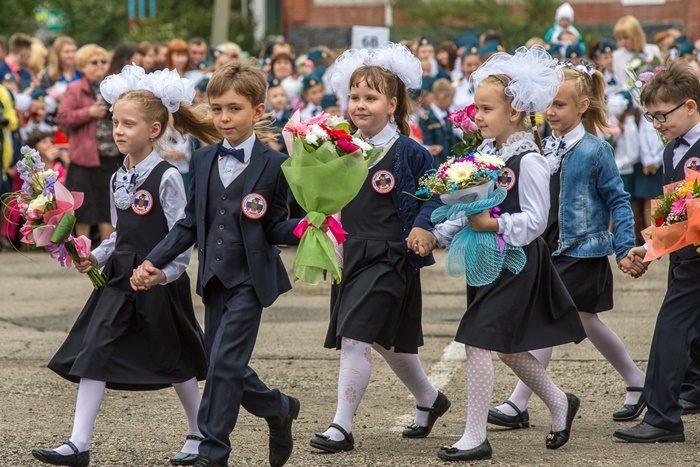 Первоклассники идут с цветами
