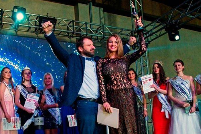 Яне Филипповой вручают награду за победу в вокальном состязании международного конкурса красоты в Турции