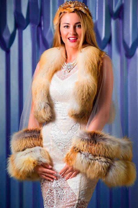 Яна Филиппова в национальном костюме, который сама разработала