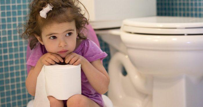 Задумчивая девочка сидит на горшке