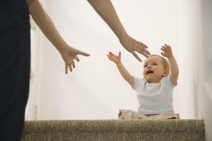 Ребёнок тянет руки к маме
