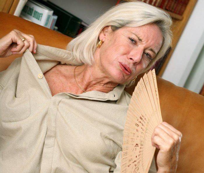 Женщина обмахивается веером