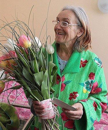 Валентина Подвербная с цветами в роддоме Пенсионерка из Чернигова
