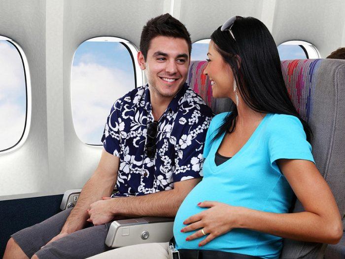 Беременная с мужем в самолёте