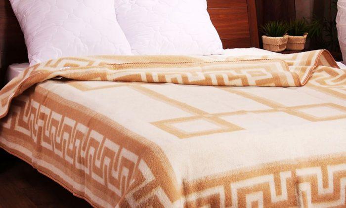 Байковое двуспальное одеяло, покрывающее кровать