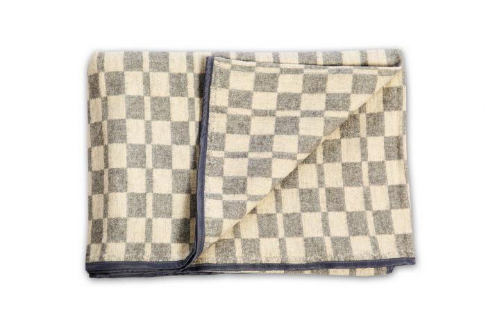 Байковое одеяло с кантом из другого материала (похожего на шёлк)
