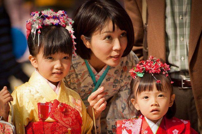 Японская мама с дочками-дошкольницами