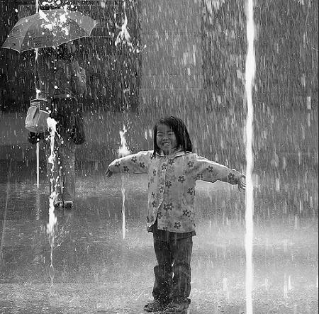 Японская девочка стоит под дождём