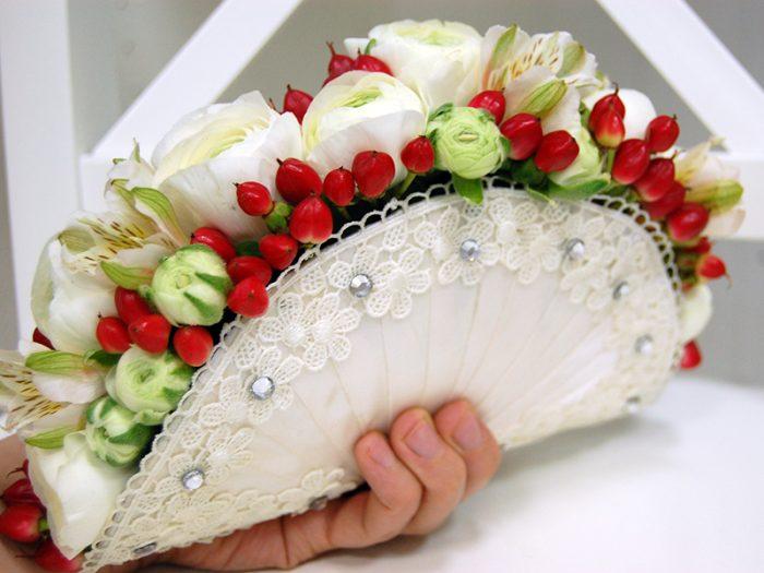 свадебный букет-веер с цветами и ягодами