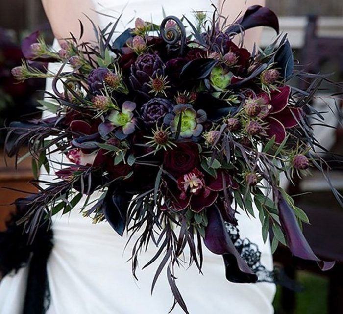 свадебный букет из темных фиолетовых суккулентов, листьев и цветов