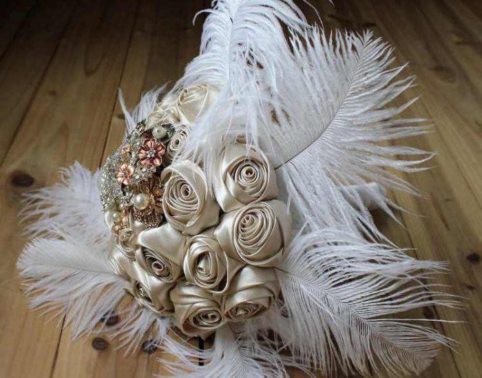 свадебный букет из перьев, брошей и атласных роз