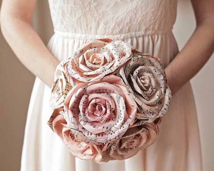 свадебный букет из бумажных роз