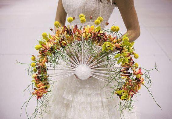 свадебный букет изорхидей в форме веера