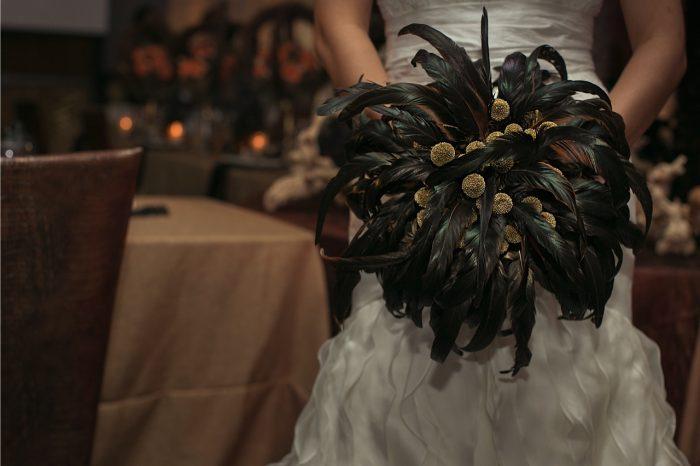 свадебный букет из черных перьев