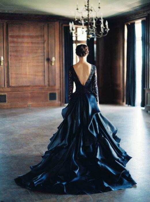 свадебное платье из тёмного атласа