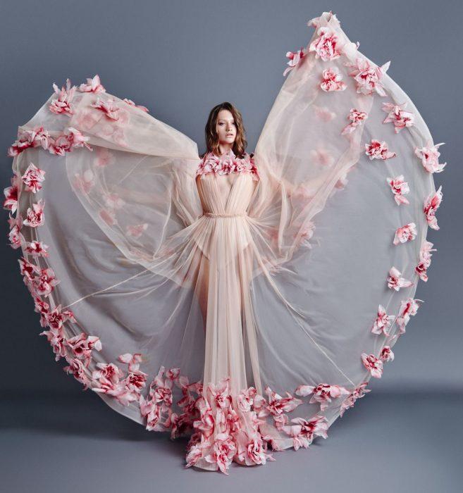 свадебное платье с цветами по краю подола