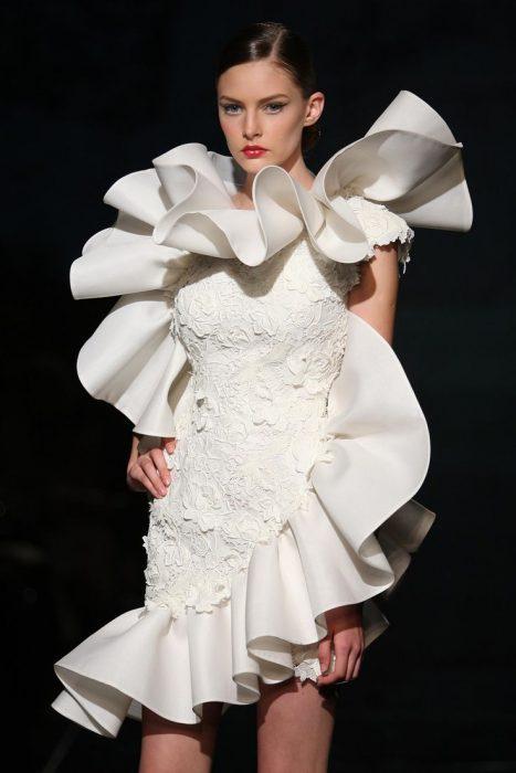 короткое свадебное платье с воланами сверху донизу