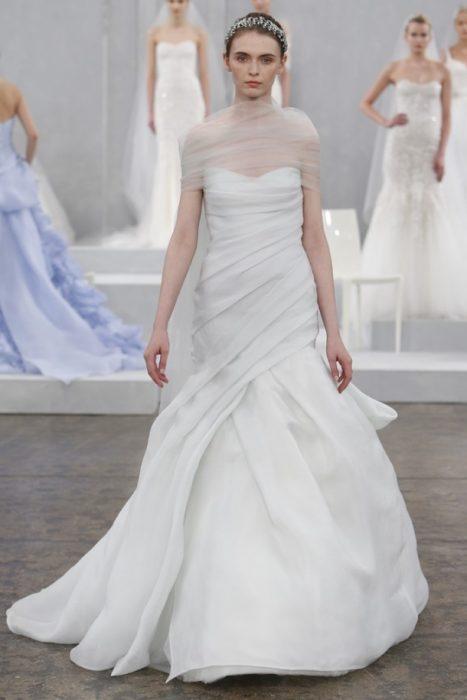 свадебное платье с драпировкой, подчёркивающей бёдра
