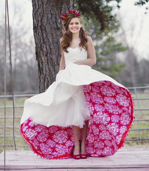 свадебное платье с контрастной подкладкой подола