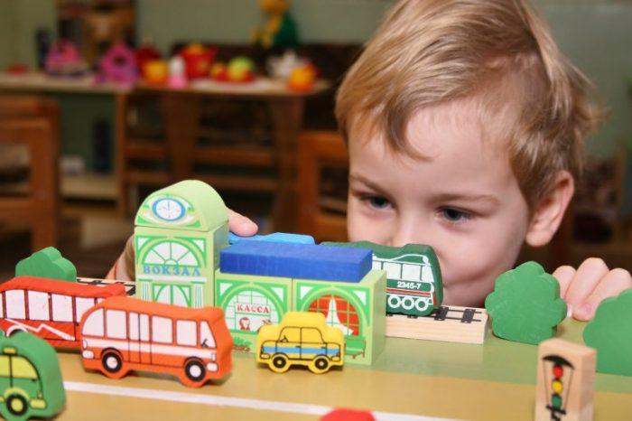 Мальчик играет в детскую игру
