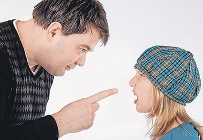 Девочка спорит с папой