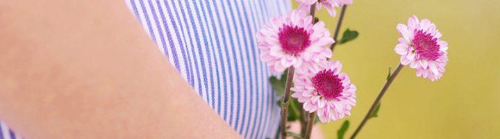 букет цветов у живота беременной