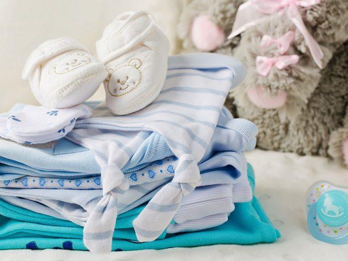 Одежда для младенца, пустышка и игрушечный медведь