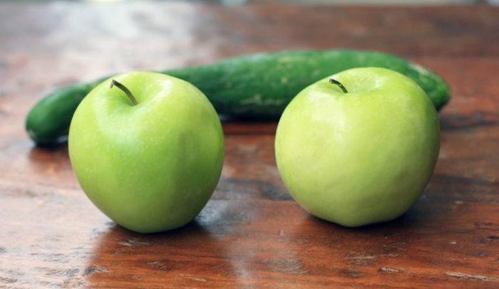Яблоки и огурец на столе