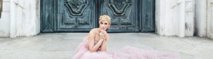 девушка в розовом свадебном платье