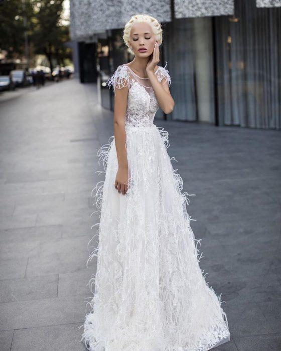 свадебное платье с перышками