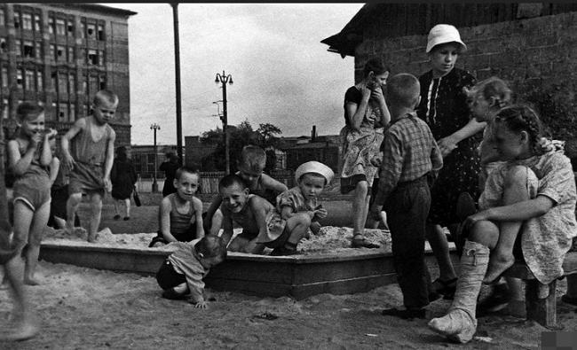 Советские дети гуляют во дворе