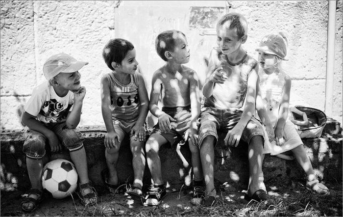 Дети сидят во дворе и разговаривают