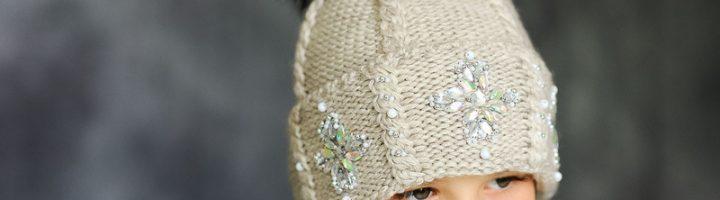 девочка в шапке с помпоном