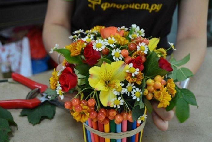 букет с цветами и ягодами