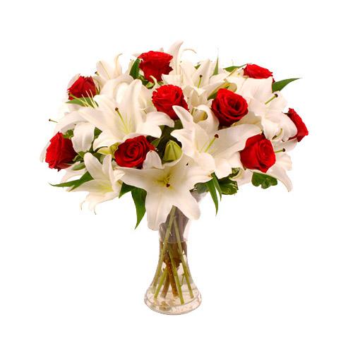 букет на 1 сентября с красными розами и белыми лилиями