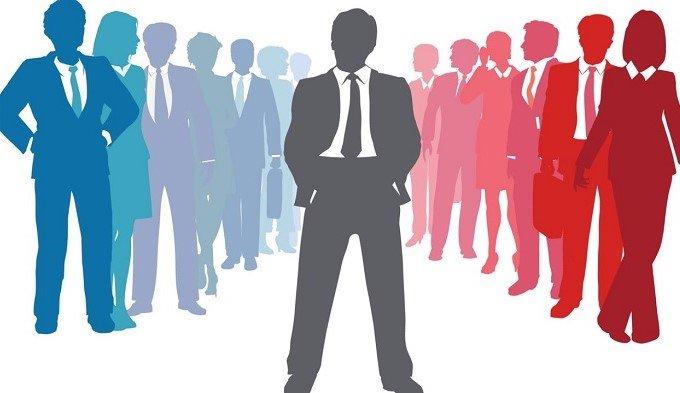 Лидер: символическая картинка (человек стоит в центре, по бокам от него много людей)