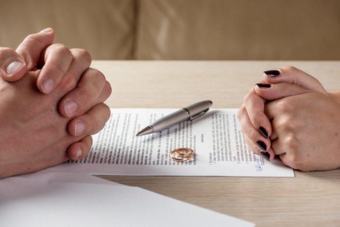 мужские и женские руки на договоре, кольца