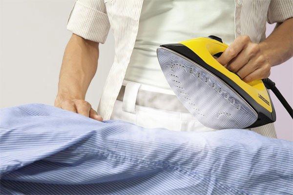 мужчина гладит одежду