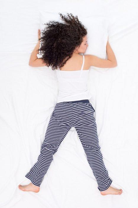 Девушка, спящая на животе